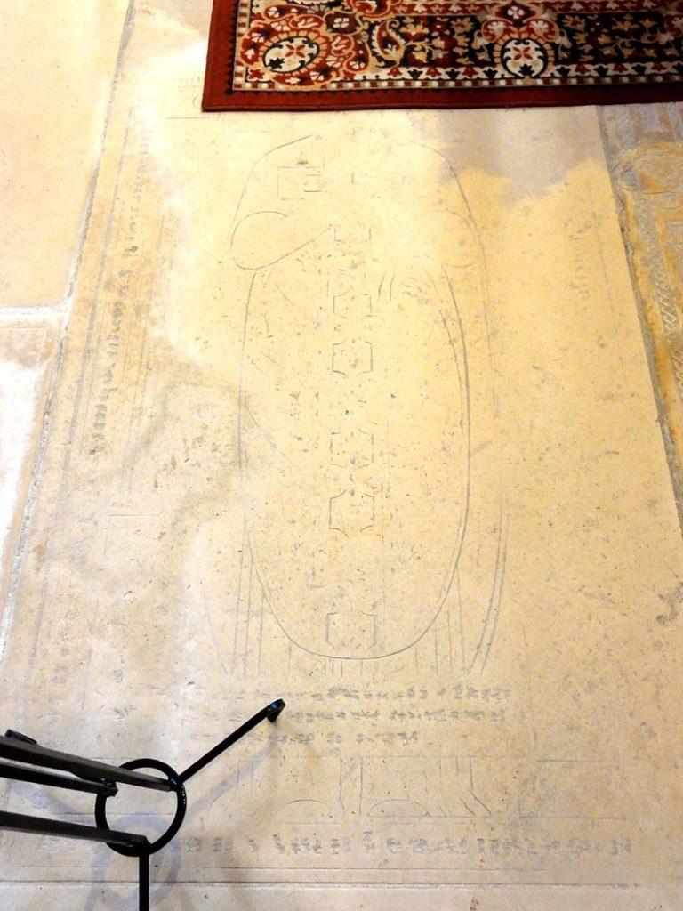Dalle funéraire à effigie gravée d'un curé de Raray